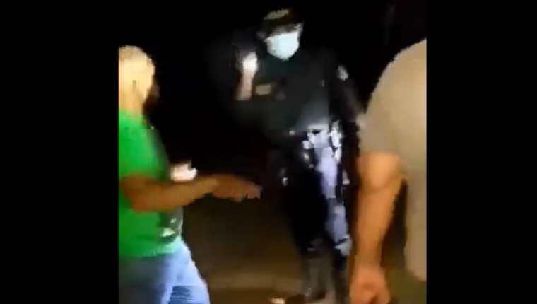 Incidente entre Supuestos migrantes y agentes de la PNC en Las Cruces, Petén. (Foto Prensa Libre: Captura de video de Facebook)
