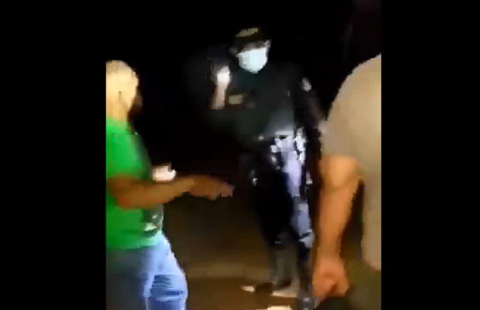 Qué se sabe de un incidente entre agentes de la PNC y supuestos migrantes que escandalizaban en un microbús que circulaba en Petén