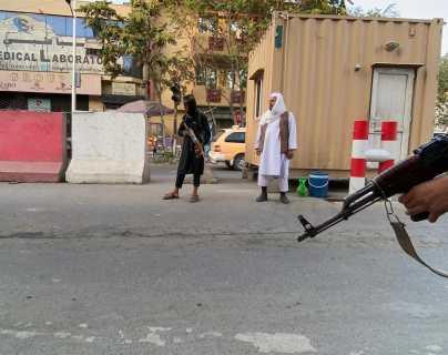 Vestidas de negro y con la cabeza y el rostro cubiertos con velos: La historia del video viral de la numerosa protesta de mujeres contra los talibanes