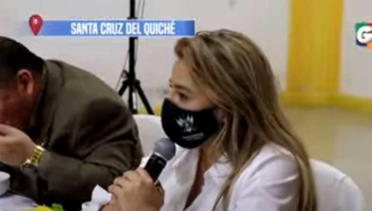 La diputada Greicy de León, durante la reunión con personal de Salud de Quiché.