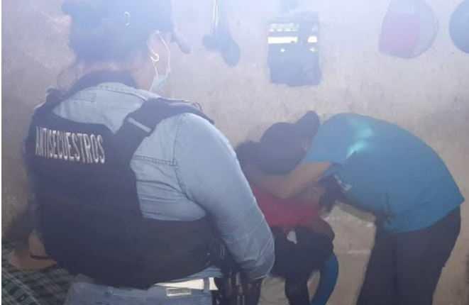 Un familiar abraza al octogenario al momento de su liberación. (Foto: PNC)