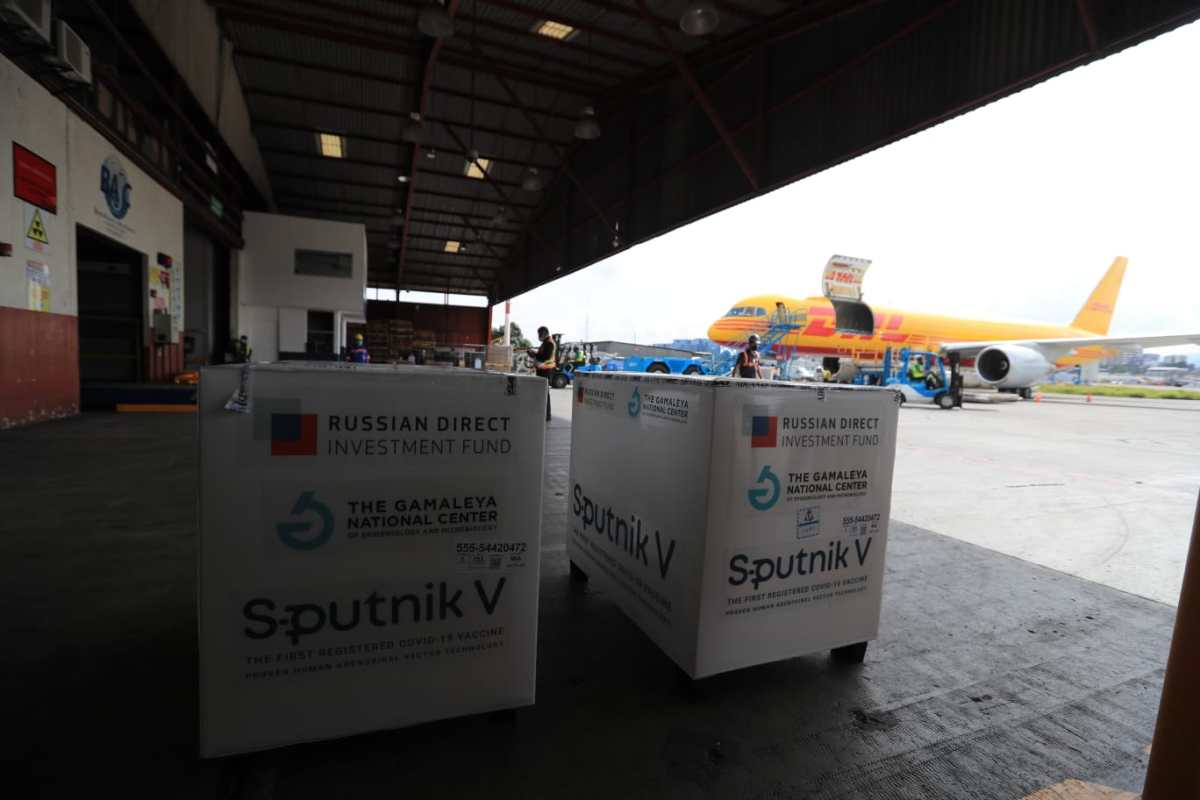 Llegan a Guatemala 100 mil vacunas de segundo componente de Sputnik V, pero falta el 81.75% del total de dosis ya pagadas a Rusia