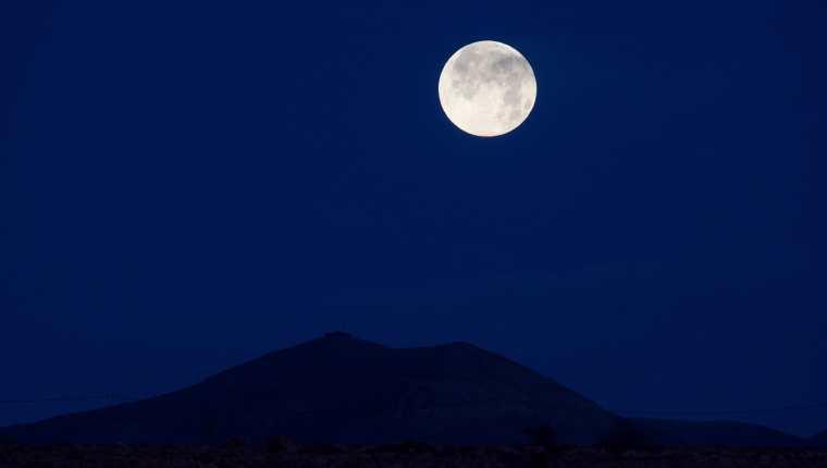 La Luna Azul estacional es un fenómeno astronómico que ocurre cada dos años y medio, según la NASA. (Foto Prensa Libre: EFE)
