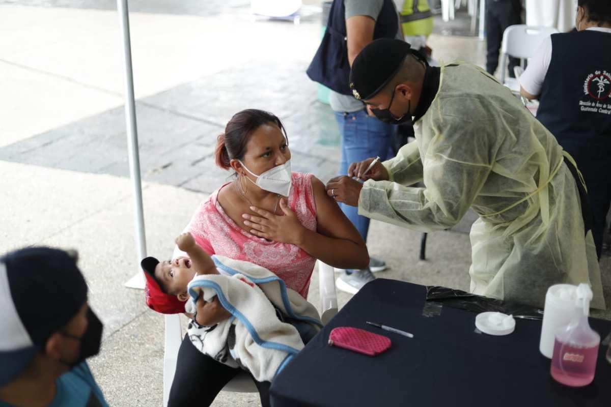 El Salvador vacuna al 41% de su población con esquema completo, mientras que Guatemala aún va por el 7.55%