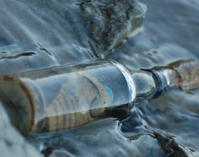 Descubren en una playa de Australia el mensaje en una botella más antiguo hasta la fecha