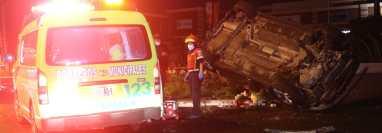 Bomberos Municipales acudieron a la diagonal 17 y 24 calle de la zona 11 capitalina, donde una persona murió y otra resultó herida por un accidente de tránsito. (Foto Prensa Libre: Bomberos Municipales)
