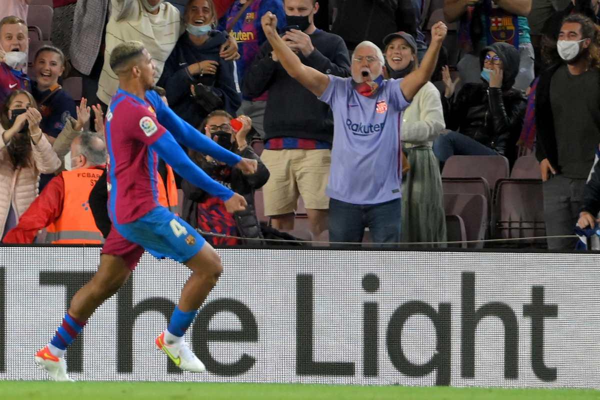Ronald Araujo rescata en el Camp Nou al Barcelona de Koeman ante un Granada complicado