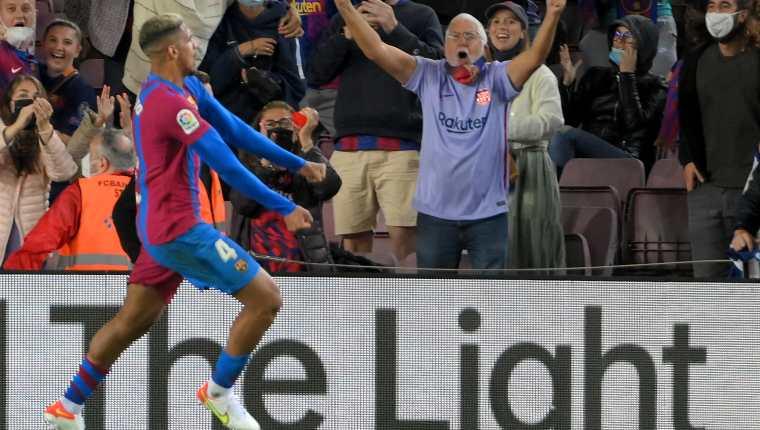 E l defensor uruguayo Ronald Araujo celbra el gol que marcó sore la hora ante el Granada en el Camp Nou. El cuadro catalán rescató un punto. Foto Prensa Libre: AFP.