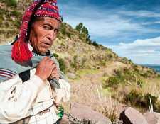 """""""Un hombre que no teje no es un hombre"""": la isla peruana donde tejer es una demostración de hombría"""