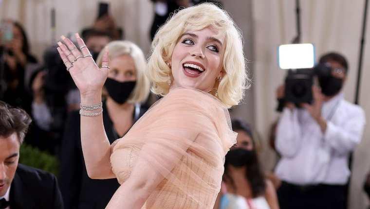 La coanfitriona de la noche, Billie Eilish, sorprendió con un estilo inspirado en Marilyn Monroe.