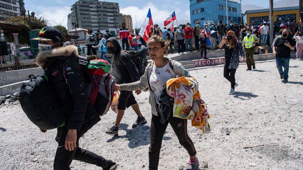 """""""Nos sentimos humillados, tratados como animales"""": venezolanos afectados por la protesta que terminó con la quema de pertenencias de migrantes en Chile"""