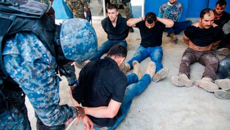 La Policía Nacional de Haití captura a algunos de los presuntos responsables de la muerte del presidente haitiano. (Foto Prensa Libre: EFE)