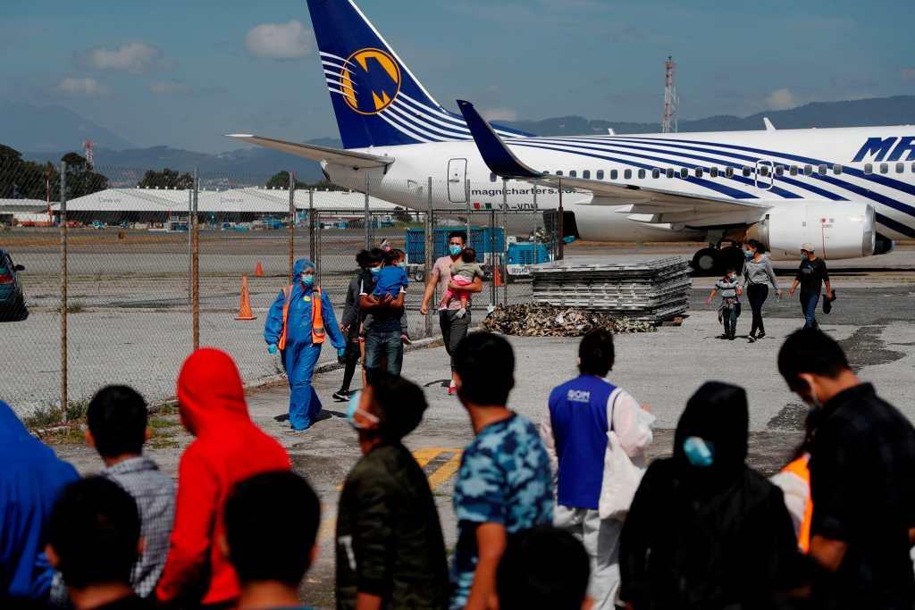 Deportación de migrantes guatemaltecos desde EE. UU. cae 79%, pero repunta desde México en 89%