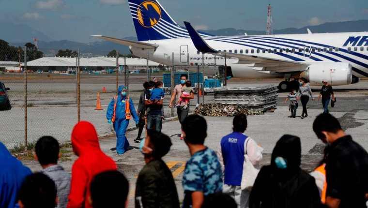 Un vuelo con decenas de guatemaltecos, muchos menores de edad y núcleos familiares llegan a la Fuerza Aerea Guatemalteca provenientes de México (Foto Prensa Libre: EFE)