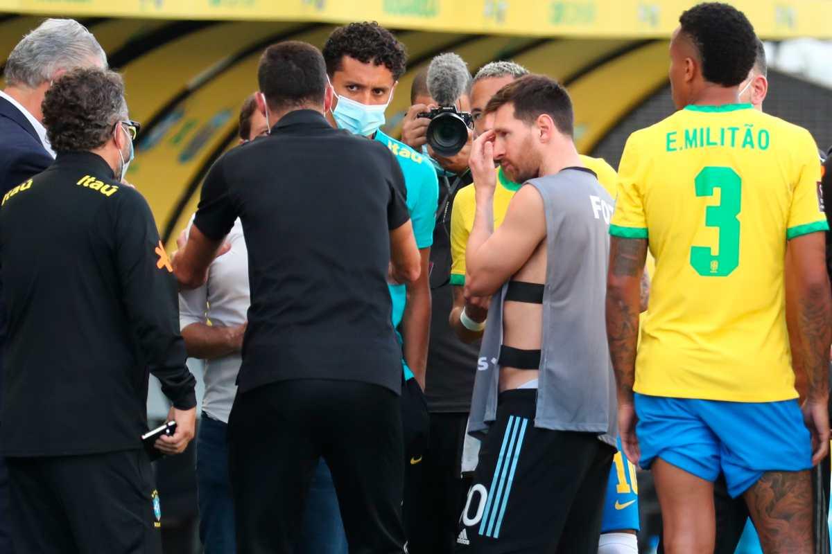¿De qué hablaron Messi, Neymar, Scaloni y Tite con el mánager de la selección brasileña cuando se suspendió el partido?