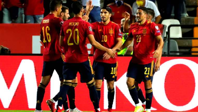 Los jugadores de la selección española de fútbol celebran el cuarto gol ante Georgia, durante el partido clasificatorio del Mundial Catar 2022 que disputaron este domingo en el estadio Nuevo Vivero, en Badajoz. (Foto Prensa Libre: EFE)
