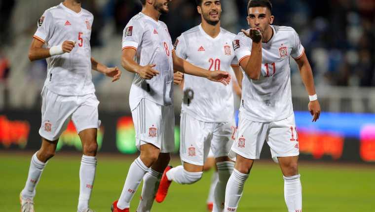 Ferran Torres celebra con sus compañeros el gol que le marcó a Kosovo. España ganó al final 0-2. Foto Prensa Libre: EFE.