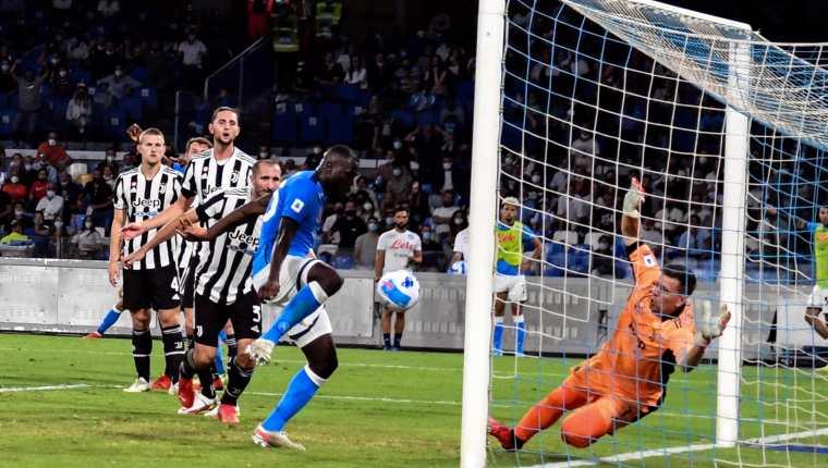 Kalidou Koulibaly (derecha) del Napoli anota el 2-1 ante Juventus FC en el Diego Armando Maradona. (Foto Prensa Libre: EFE)