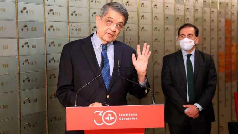 El escritor nicaragüense, Sergio Ramírez (i) y el ministro de Exteriores, José Manuel Albares (d) durante el acto de entrega del legado del poeta nicaragüense Rubén Darío en la Caja de las Letras del Instituto Cervantes de Madrid. (Foto Prensa Libre: EFE)