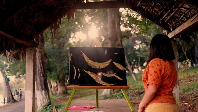 """""""Teresa"""", de 18 años, una de las 22 niñas abusadas por maestros en Alta Verapaz muestra una pintura de su autoría. (Foto Prensa Libre: EFE)"""