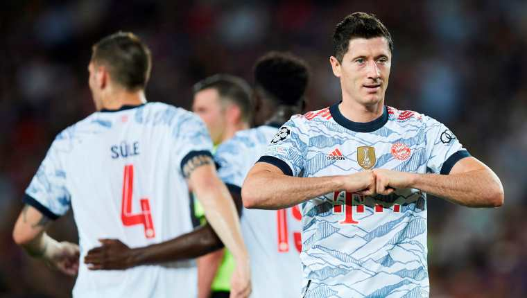 El delantero polaco del Bayern Múnich Robert Lewandowski celebra su gol, segundo del equipo ante el FC Barcelona. (Foto Prensa Libre: EFE)