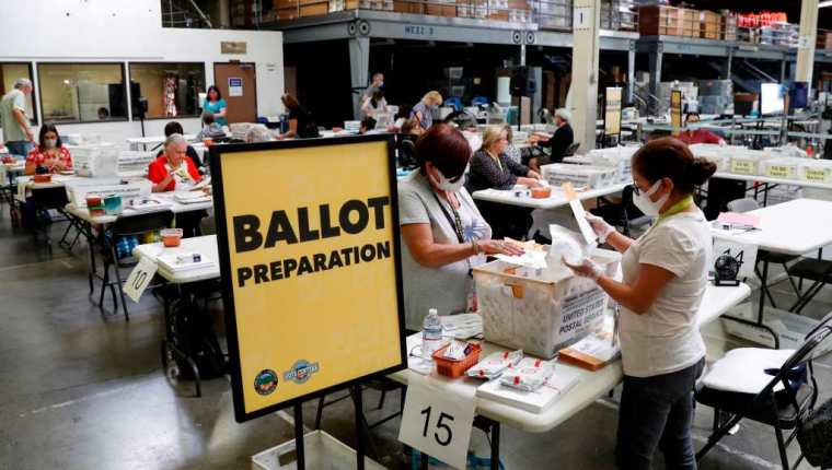 Santa Ana (United States), 14/09/2021.- Workers count ballots on the last day of the California gubernatorial recall election at the Orange County Registrar of Voters in Santa Ana, California, USA, 14 September 2021. (Estados Unidos) EFE/EPA/CAROLINE BREHMAN