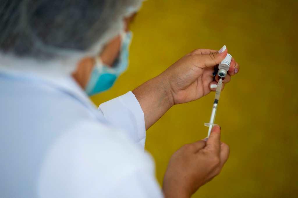 Quiénes son los candidatos para una eventual tercera dosis de la vacuna contra el coronavirus, según expertos de la FDA