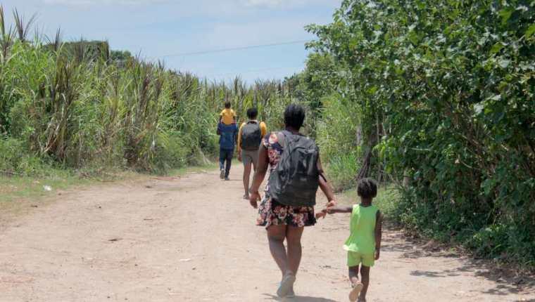 Una familia migrante camina en Tapachula, México, con la intención de llegar a EE. UU. (Foto Prensa Libre: EFE)