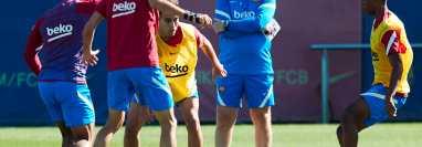 El entrenador del FC Barcelona, el holandés Ronald Koeman (2d), observa a los jugadores Eric García (c) y Ansu Fati (d), durante el entrenamiento realizado en la ciudad deportiva Joan Gamper. (Foto Prensa Libre: EFE)