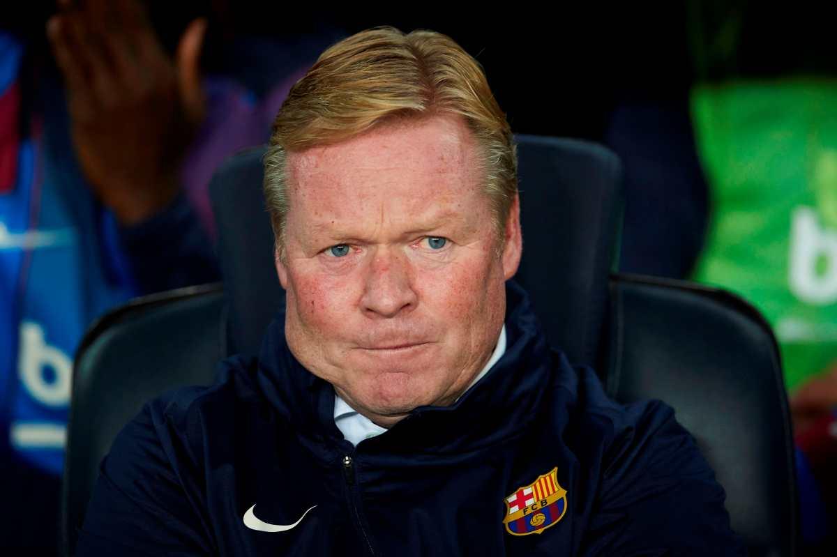 El entrenador del Barcelona Ronald Koeman lee comunicado en el que pide paciencia y no esperar milagros en la Champions League