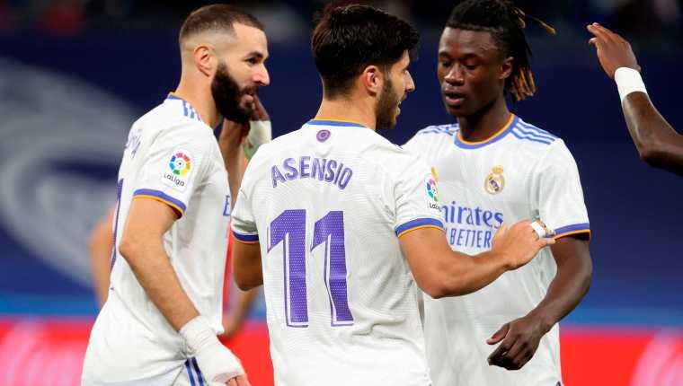 El centrocampista del Real Madrid Marco Asensio (c) celebra su tercer gol, cuarto del equipo ante el Mallorca, durante el partido de la sexta jornada de LaLiga en el estadio Santiago Bernabéu, en Madrid. Foto Prensa Libre: EFE.