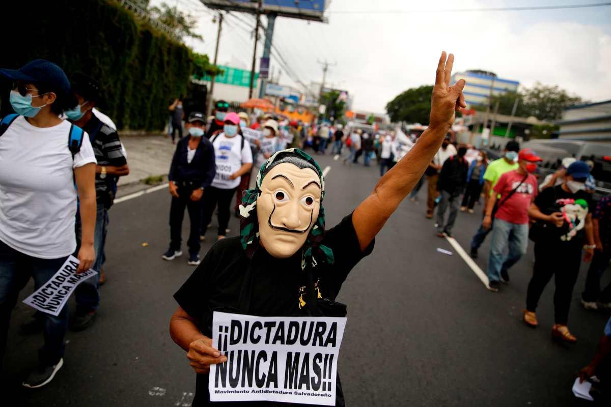 Un hombre participa en una manifestación en San Salvador en contra de Nayib Bukele por las medidas consideradas dictatoriales; no obstante, el mandatario aún goza de gran popularidad. (Foto Prensa Libre: EFE)