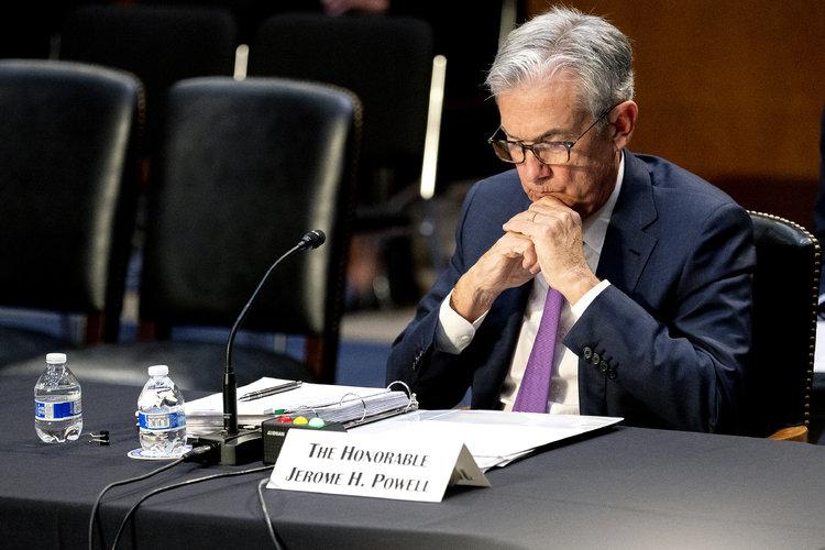 Jerome Powell, presidente del Sistema de la Reserva Federal de Estados Unidos, escucha durante una audiencia de la Comisión de Banca, Vivienda y Asuntos Urbanos del Senado en el Capitolio de Washington D. C., el 28 de septiembre de 2021. (Stefani Reynolds/The New York Times)