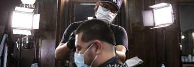 Frank Oropeza, un barbero de la ciudad de Montebello, en el sur de California, dijo que no estaba seguro de si votaría para destituir al gobernador Gavin Newsom. (Jenna Schoenefeld/The New York Times)