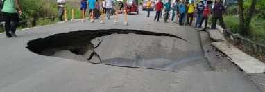 Un hundimiento afecta un tramo carretero hacia la comunidad Ingenieros, en Ixcán, Quiché. (Foto Prensa Libre: Cortesía Joel Pérez)