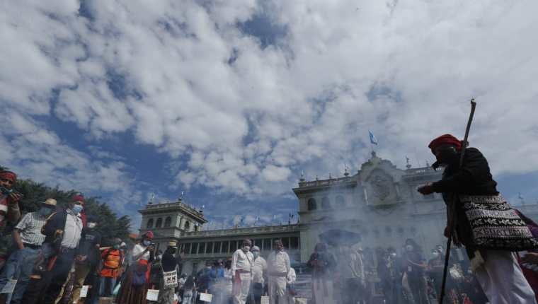 Autoridades indígenas celebraron una ceremonia maya en la Plaza de la Constitución en rechazo a la celebración del Bicentenario de Independencia. (Foto Prensa Libre: Esbin García)