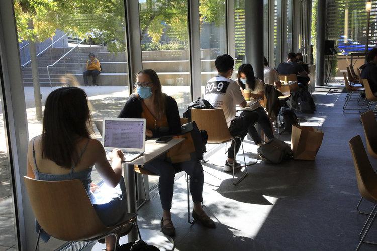 Estudiantes en el campus de Berkeley de la Universidad de California, el 16 de agosto de 2021. (Jim Wilson/The New York Times).