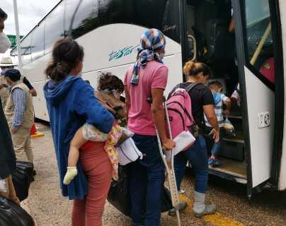 Migrantes hondureños suben al bus que los traslada hasta El Corinto, frontera con Honduras, a casi 450 kilómetros de distancia. (Foto Prensa Libre)