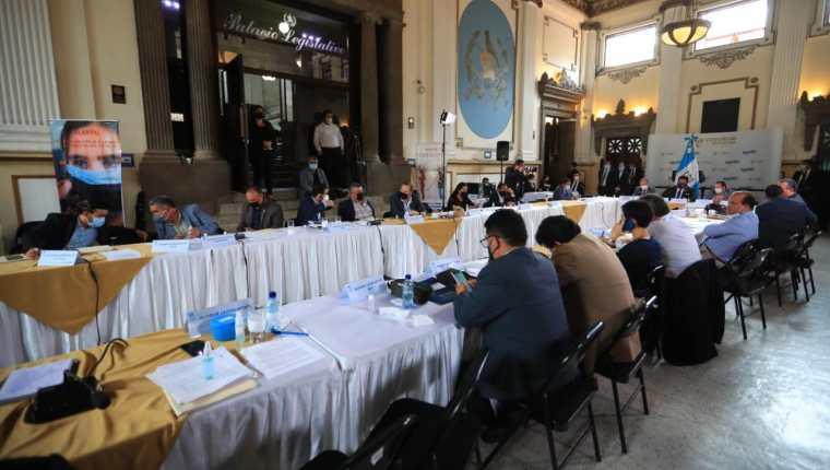 Los diputados analizan las propuestas de una iniciativa de ley que facilite las compras de emergencia. (Foto: Hemeroteca PL)