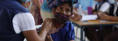 El aumento en el número de contagios diarios causa preocupación en Guatemala y las autoridades hacen un llamado a la población para que se vacune contra el coronavirus. (Foto Prensa Libre: Esbin García)