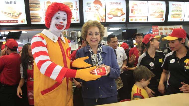 Doña Yolanda de Cofiño, junto al emblemático personaje de Ronald McDonald. (Foto: Hemeroteca PL)