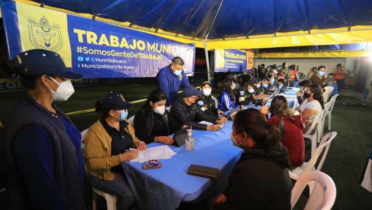 El Centro de Vacunación comunitario en la colonia Mario Alioto López Sánchez aplicó 900 dosis la noche del sábado. (Foto Prensa Libre: Byron García)