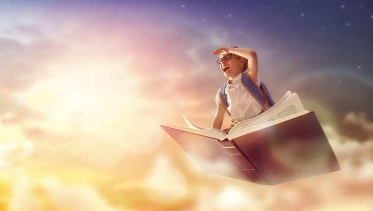 La lectura es esencial para el desarrollo cognitivo y creativo de los pequeños. (Foto Prensa Libre: Shutterstock)