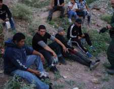 Agentes de la Patrulla Fronteriza arrestan a un grupo de migrantes en un área semi desértica de Nuevo México. (Foto Prensa Libre: Hemeroteca PL)