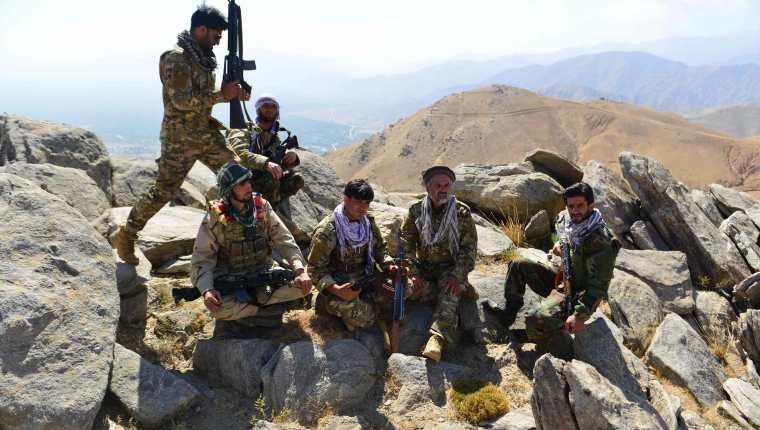La resistencia Afgana  y grupos antitalibanes en una patrulla en la cima de una montaña  en Darband, Panjshir, el último bastión que no controlan los talibanes.  (Foto Prensa Libre: AFP)