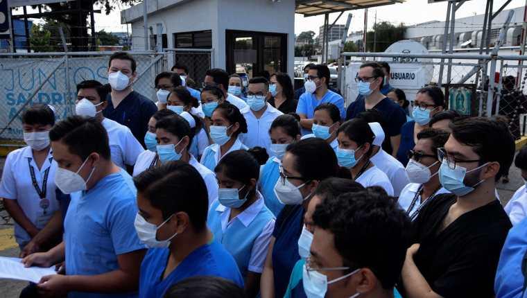 Personal médico del Parque de la Industria. El gremio urge a las autoridades restringir la movilidad para disminuir los contagios. (Foto Prensa Libre: Hemeroteca PL)