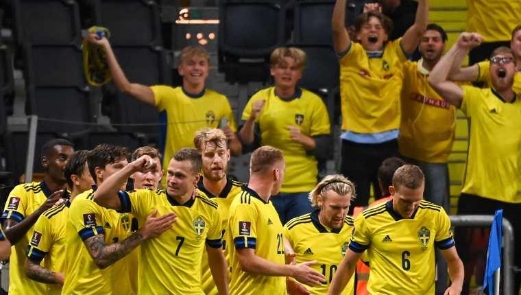 Viktor Claesson celebra con sus compañeros el gol de la victoria frente a España. (Foto Prensa Libre: AFP)