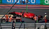 El Ferrari del español Carlos Sainz mientras era remolcado de la pista después de estrellarse en el circuito de Zandvoort. (Foto Prensa Libre: AFP)