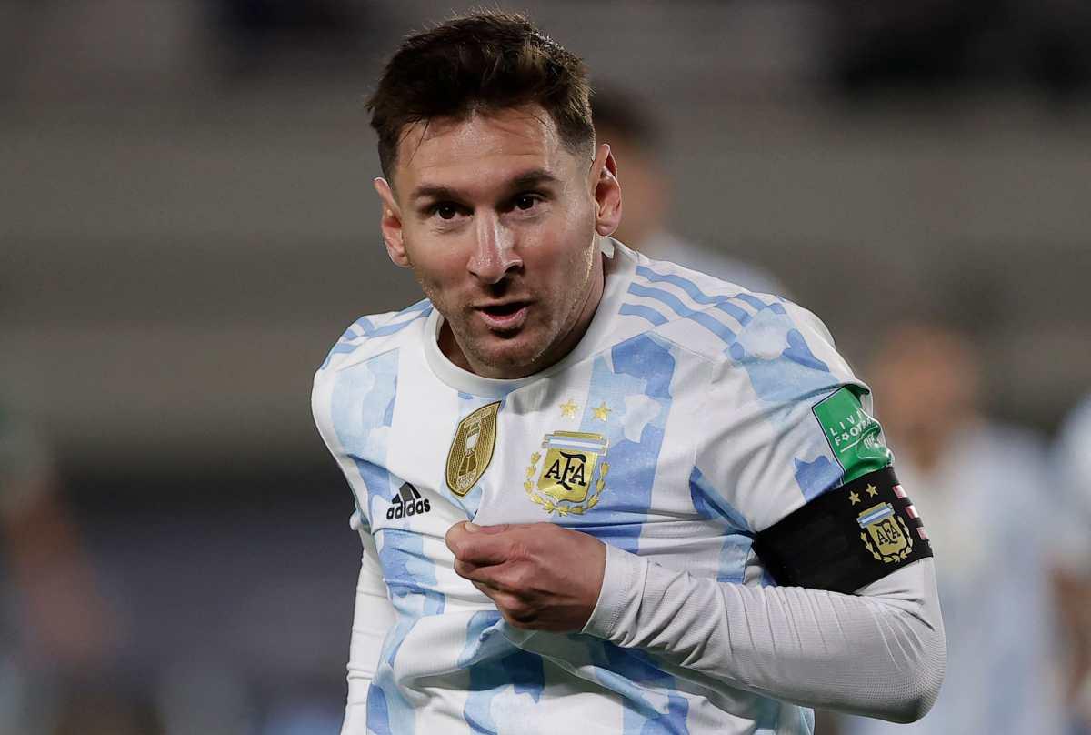 """Leo Messi bate el récord del """"Rey Pelé"""", anota un triplete ante Bolivia y llora de emoción al final del juego"""