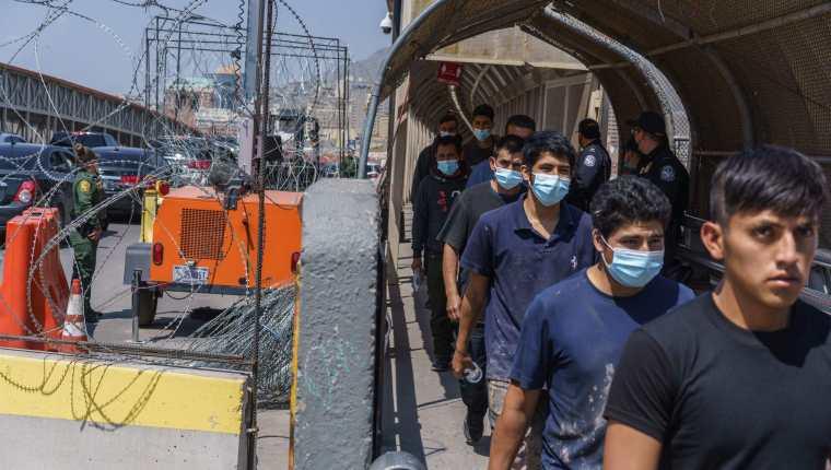 Migrantes son expulsados a México bajo el Título 42, impuesto por Trump, pero que Biden mantiene vigente pese a la petición de grupos humanitarios de que sea derogado. (Foto Prensa Libre: EFE)